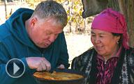 Видео: Язь против еды в горах Киргизии готовит шурпу из горной форели, бешбармак из конины и Узгенский плов. Кыргызская национальная кухня.
